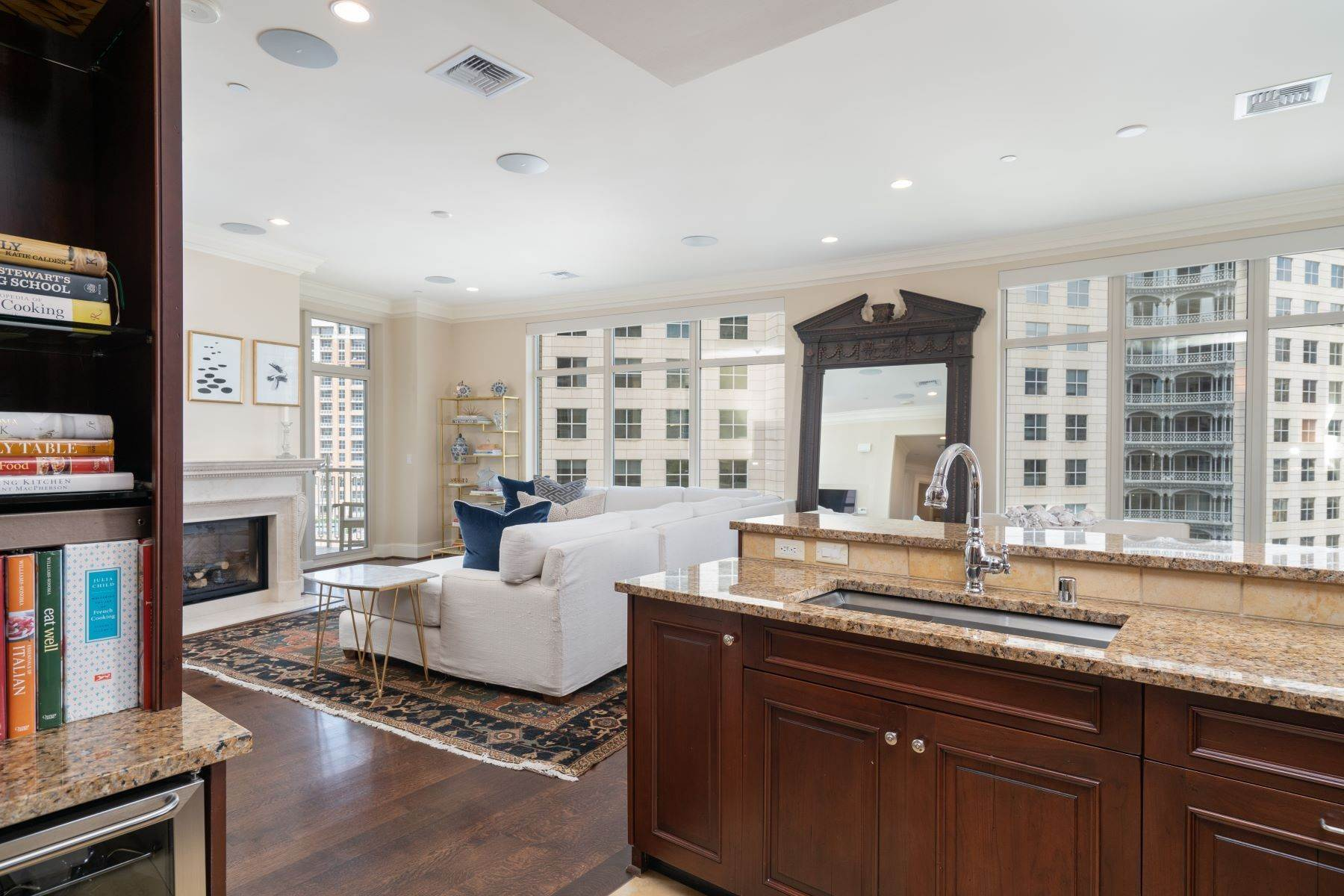 9. Condominiums for Sale at Ritz-Carlton Luxury and Convenience 2555 N. Pearl Street, #1004 Dallas, Texas 75201 United States