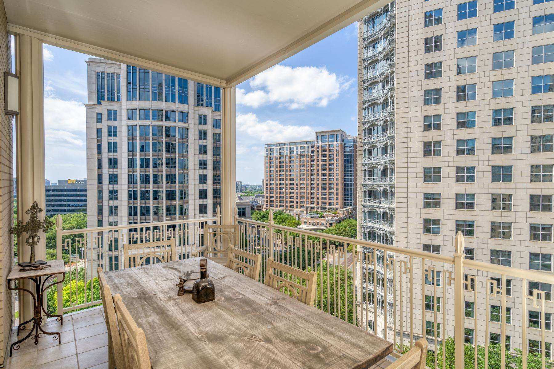 27. Condominiums for Sale at Ritz-Carlton Luxury and Convenience 2555 N. Pearl Street, #1004 Dallas, Texas 75201 United States