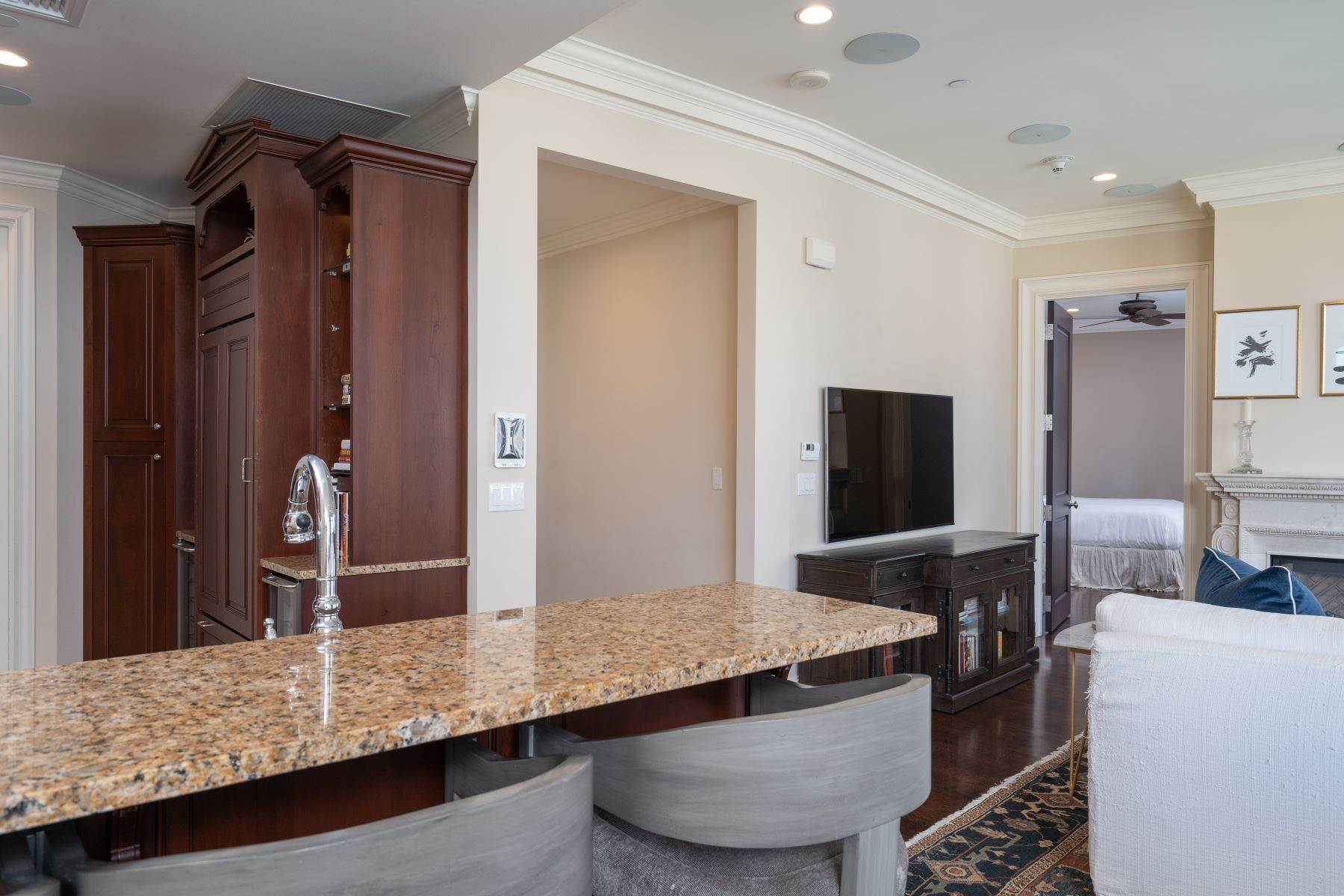 16. Condominiums for Sale at Ritz-Carlton Luxury and Convenience 2555 N. Pearl Street, #1004 Dallas, Texas 75201 United States