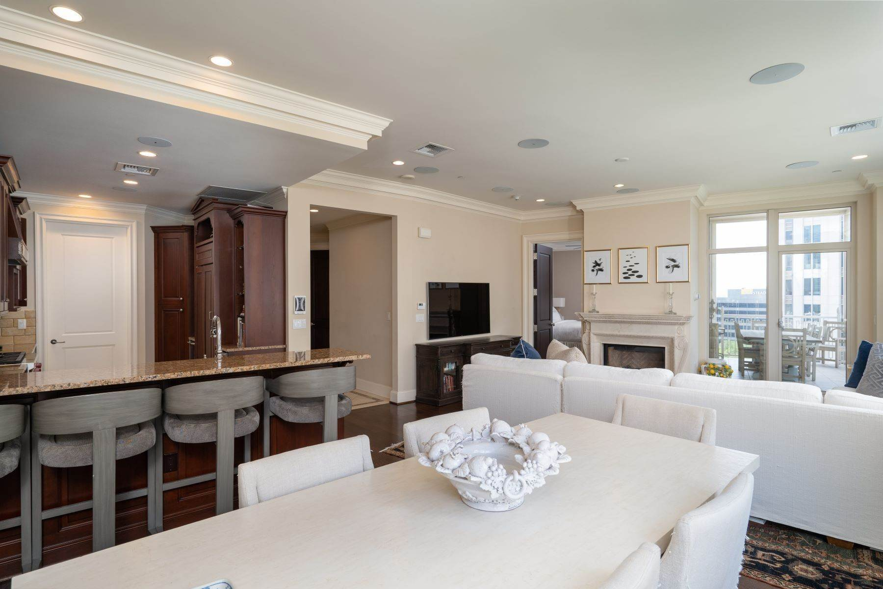 17. Condominiums for Sale at Ritz-Carlton Luxury and Convenience 2555 N. Pearl Street, #1004 Dallas, Texas 75201 United States