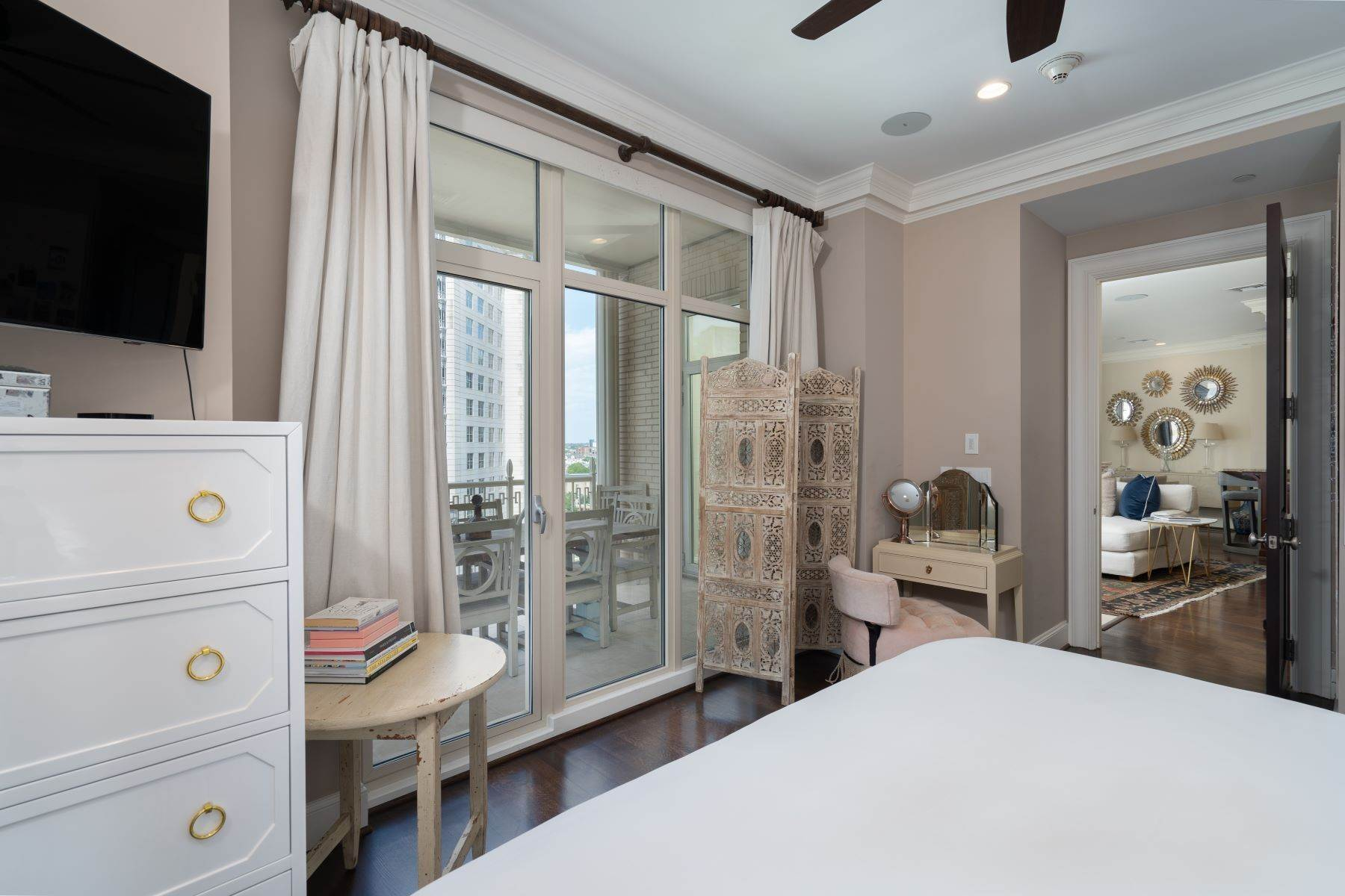 21. Condominiums for Sale at Ritz-Carlton Luxury and Convenience 2555 N. Pearl Street, #1004 Dallas, Texas 75201 United States