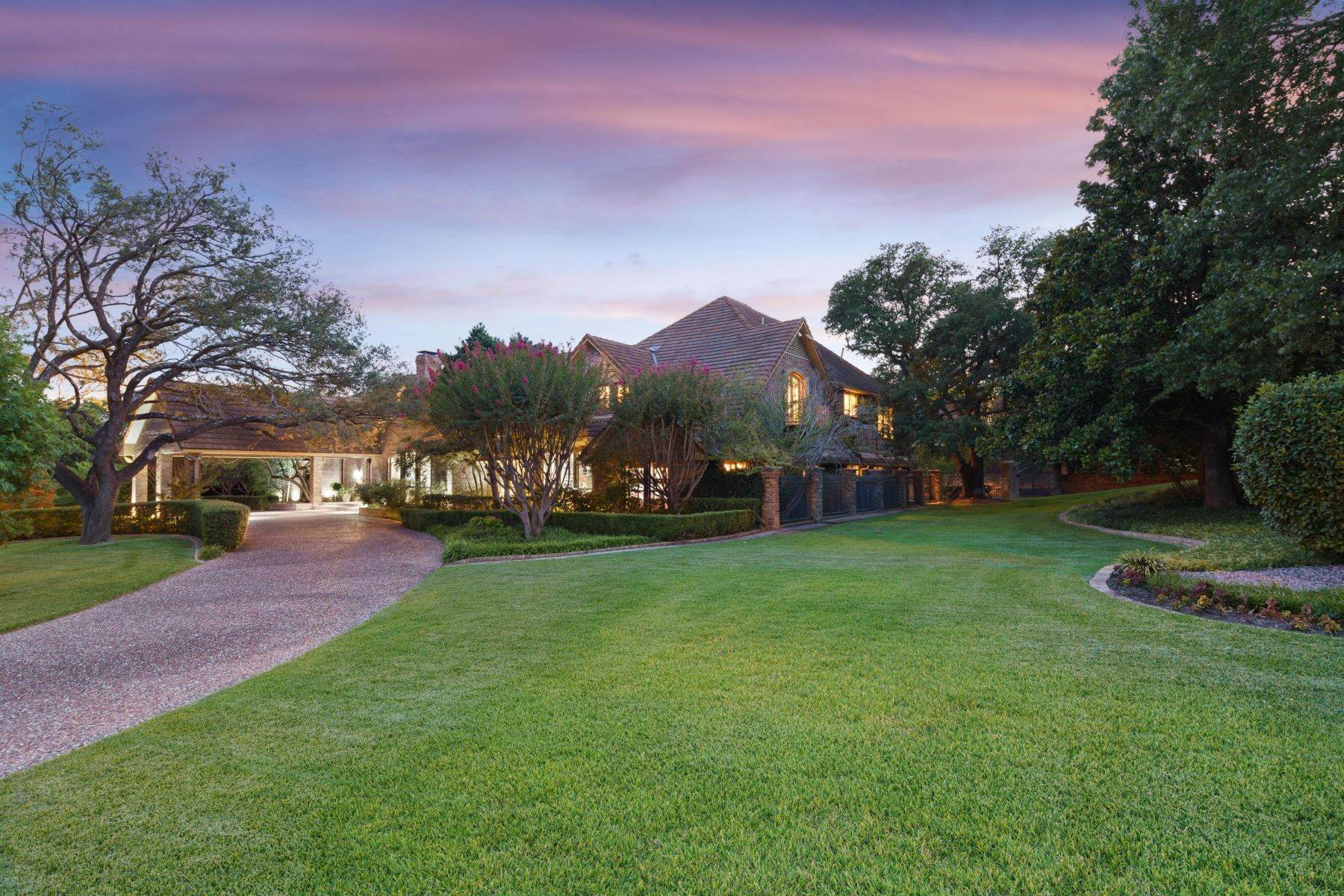 Single Family Homes for Sale at Outstanding Haven in coveted Williamsburg Estates 14211 Hughes Lane Dallas, Texas 75254 United States