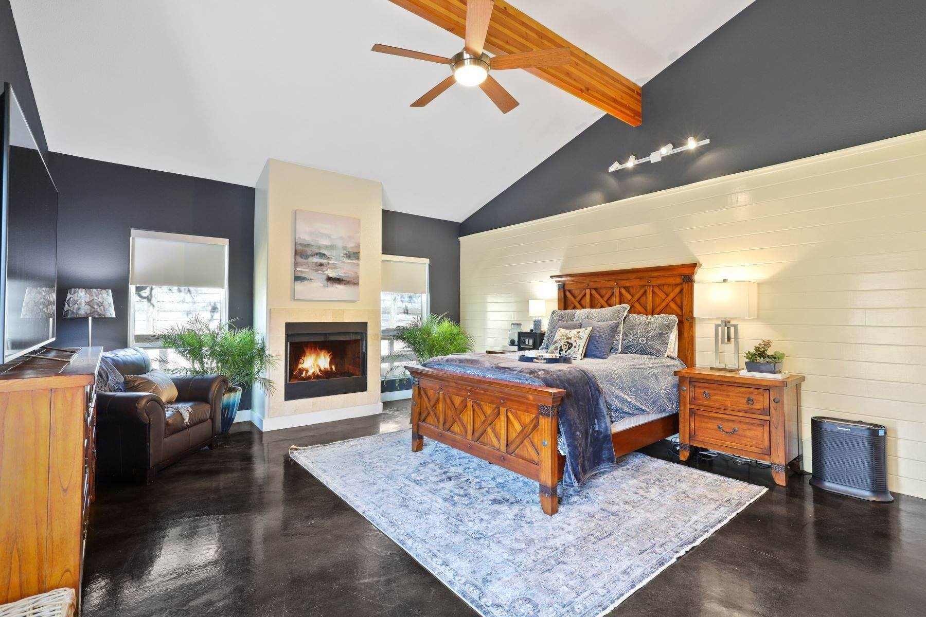 18. Single Family Homes for Sale at Soaring Modern 3 BR 2 BA Elevates Every Day Living 9017 Diceman Drive Dallas, Texas 75218 United States
