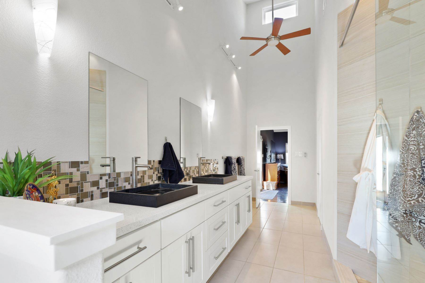 20. Single Family Homes for Sale at Soaring Modern 3 BR 2 BA Elevates Every Day Living 9017 Diceman Drive Dallas, Texas 75218 United States