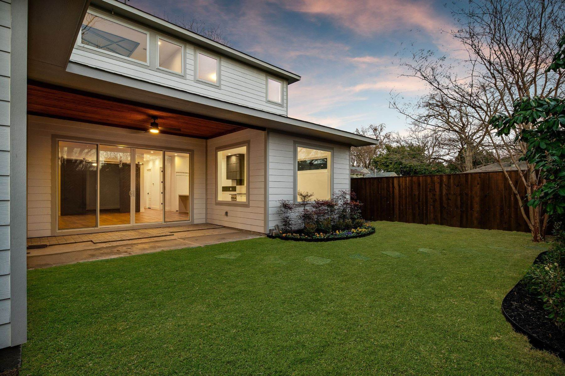 19. Single Family Homes for Sale at Midway Hollow Modern Transitional 3752 Park Lane Dallas, Texas 75220 United States