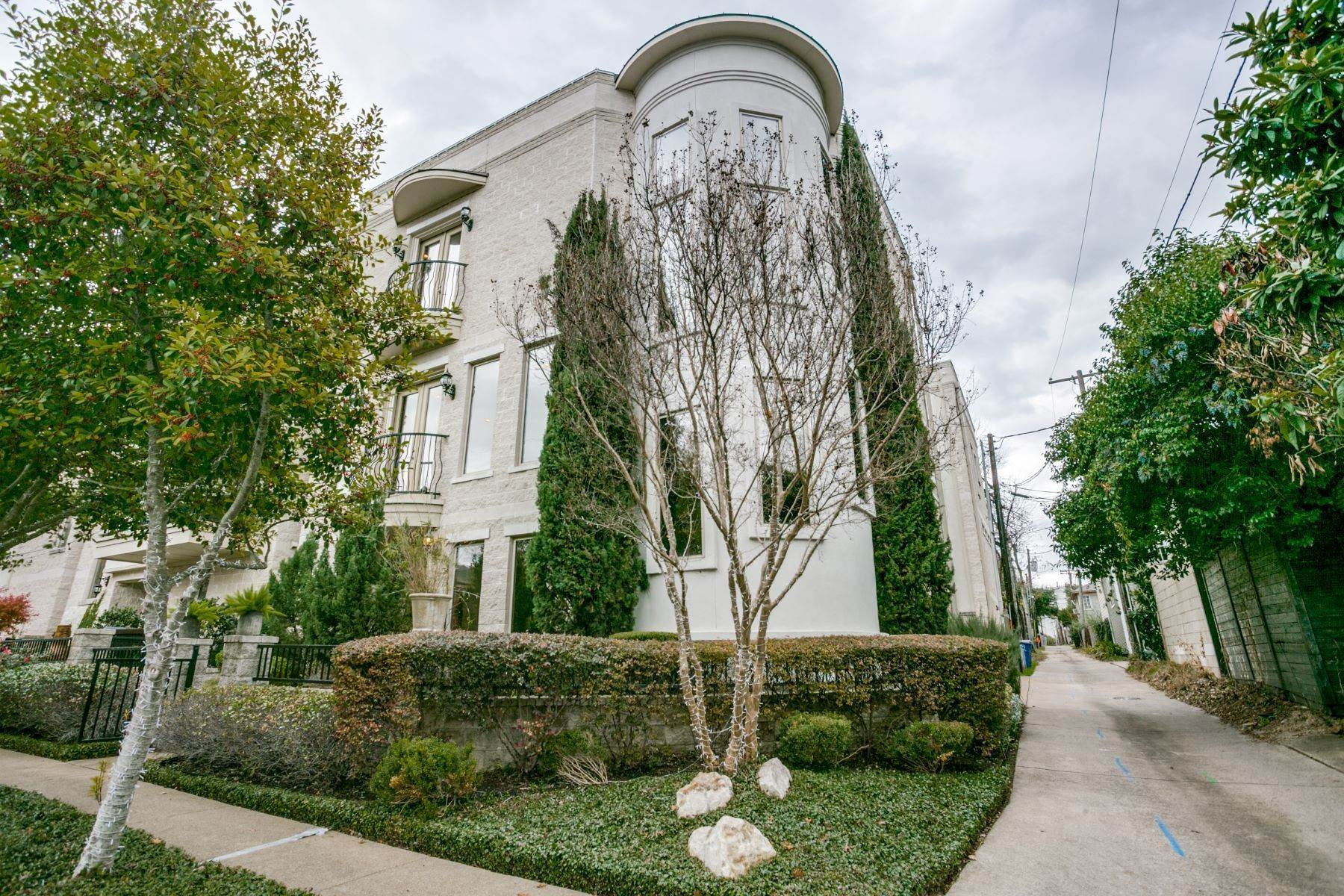 townhouses for Sale at Sophisticated Single Family Detached Townhome 6414 Bryan Parkway Dallas, Texas 75214 United States