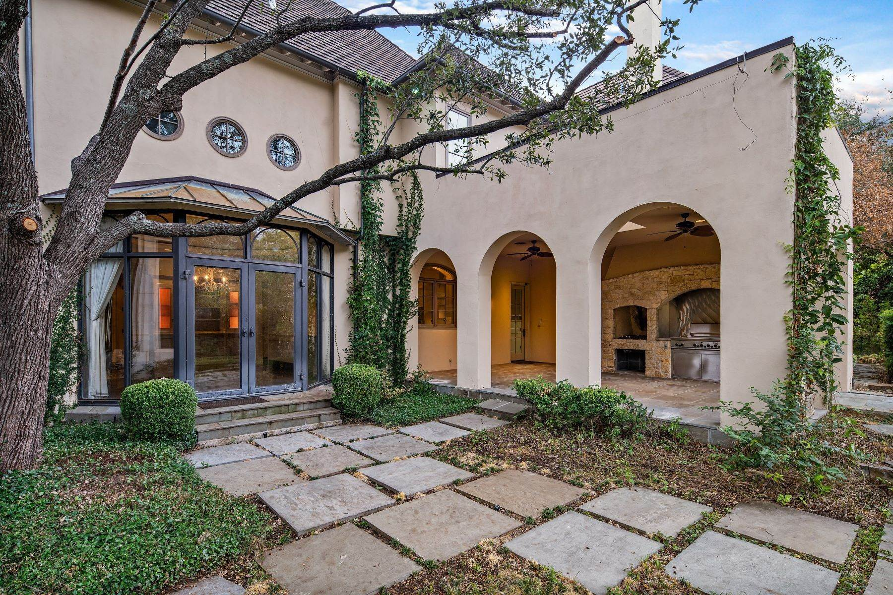 31. Single Family Homes for Sale at Extraordinary Preston Hollow Estate 5115 Ursula Lane Dallas, Texas 75229 United States