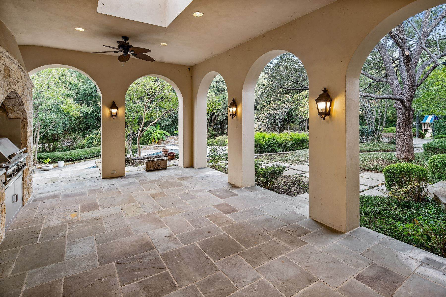 22. Single Family Homes for Sale at Extraordinary Preston Hollow Estate 5115 Ursula Lane Dallas, Texas 75229 United States