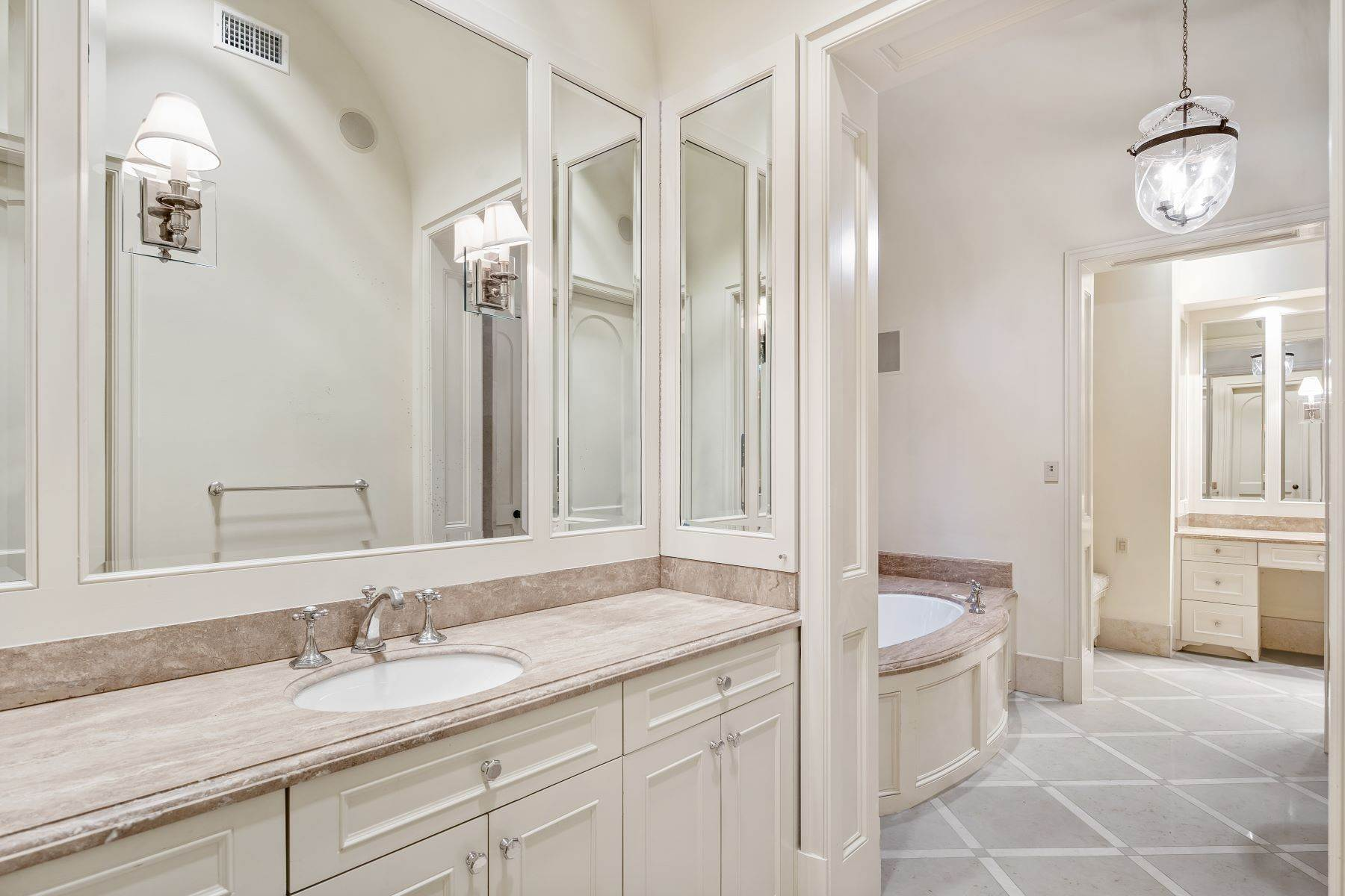 17. Single Family Homes for Sale at Extraordinary Preston Hollow Estate 5115 Ursula Lane Dallas, Texas 75229 United States