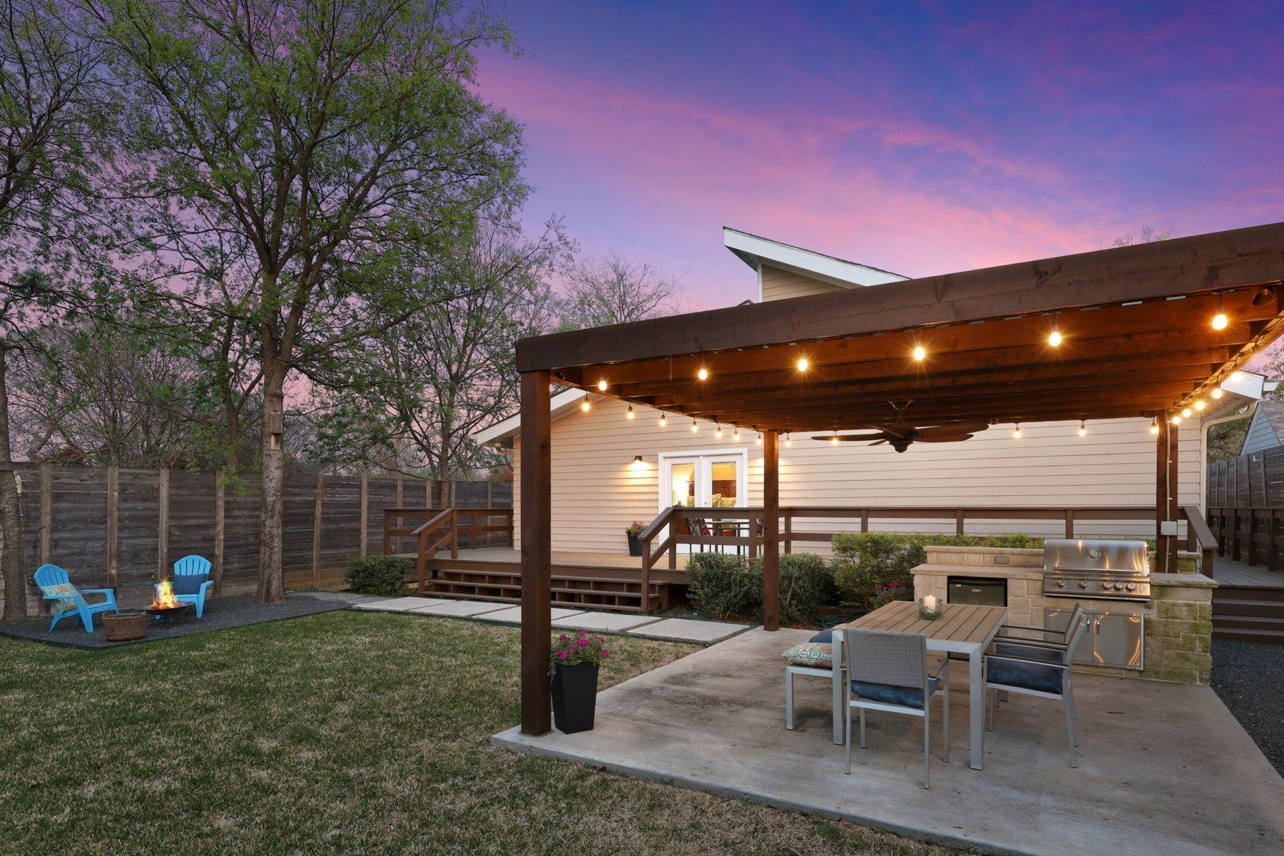 26. Single Family Homes for Sale at Soaring Modern 3 BR 2 BA Elevates Every Day Living 9017 Diceman Drive Dallas, Texas 75218 United States