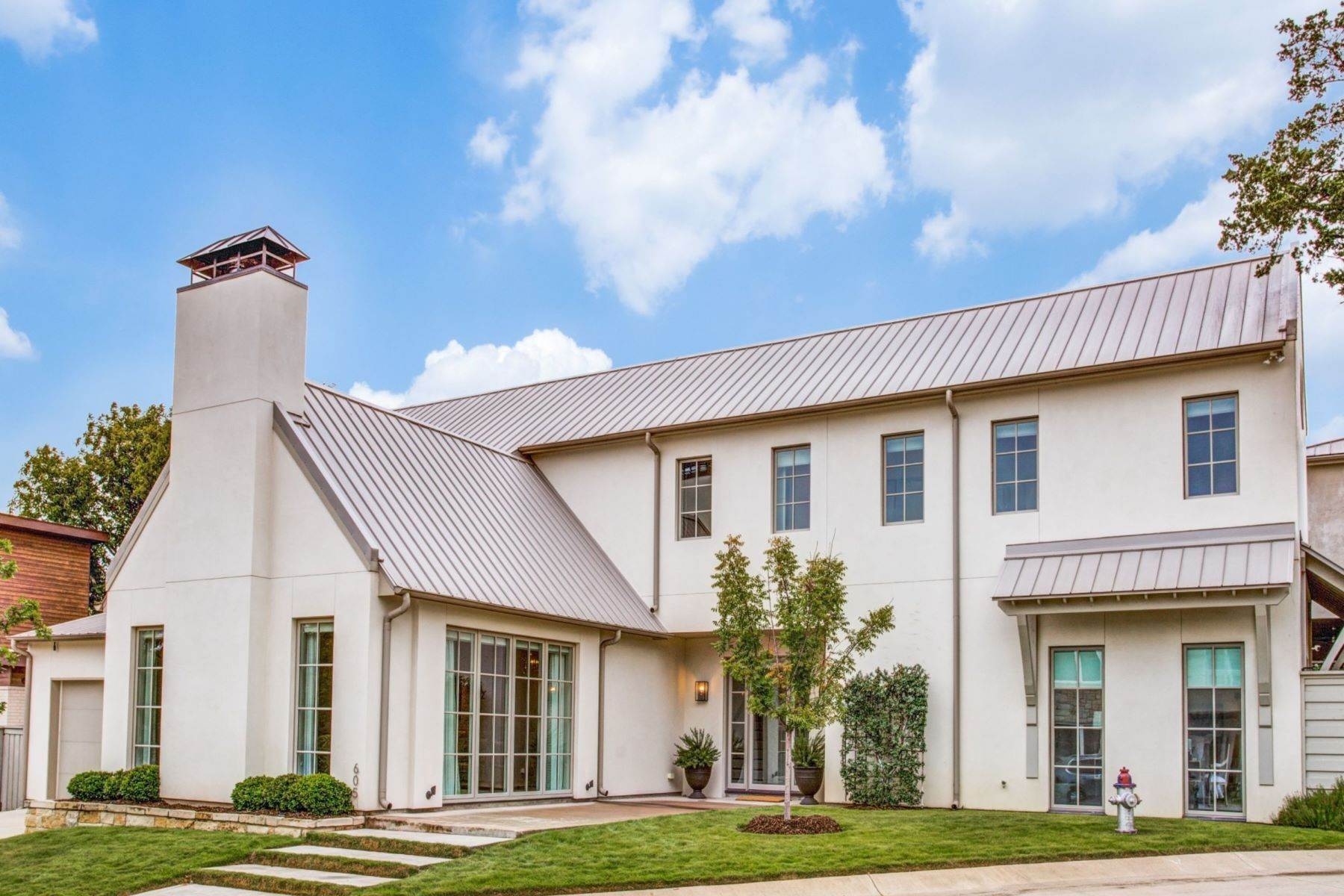 Single Family Homes for Sale at Transitional Home in Quiet Kessler Reserve 605 Kessler Reserve Court Dallas, Texas 75208 United States