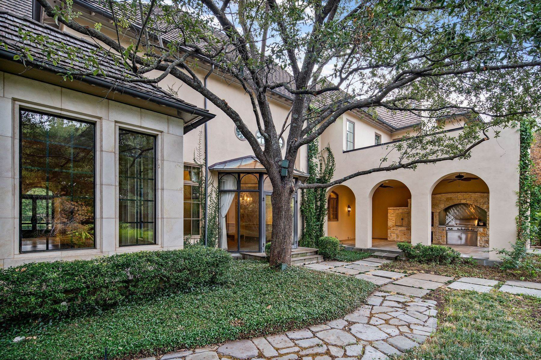 23. Single Family Homes for Sale at Extraordinary Preston Hollow Estate 5115 Ursula Lane Dallas, Texas 75229 United States