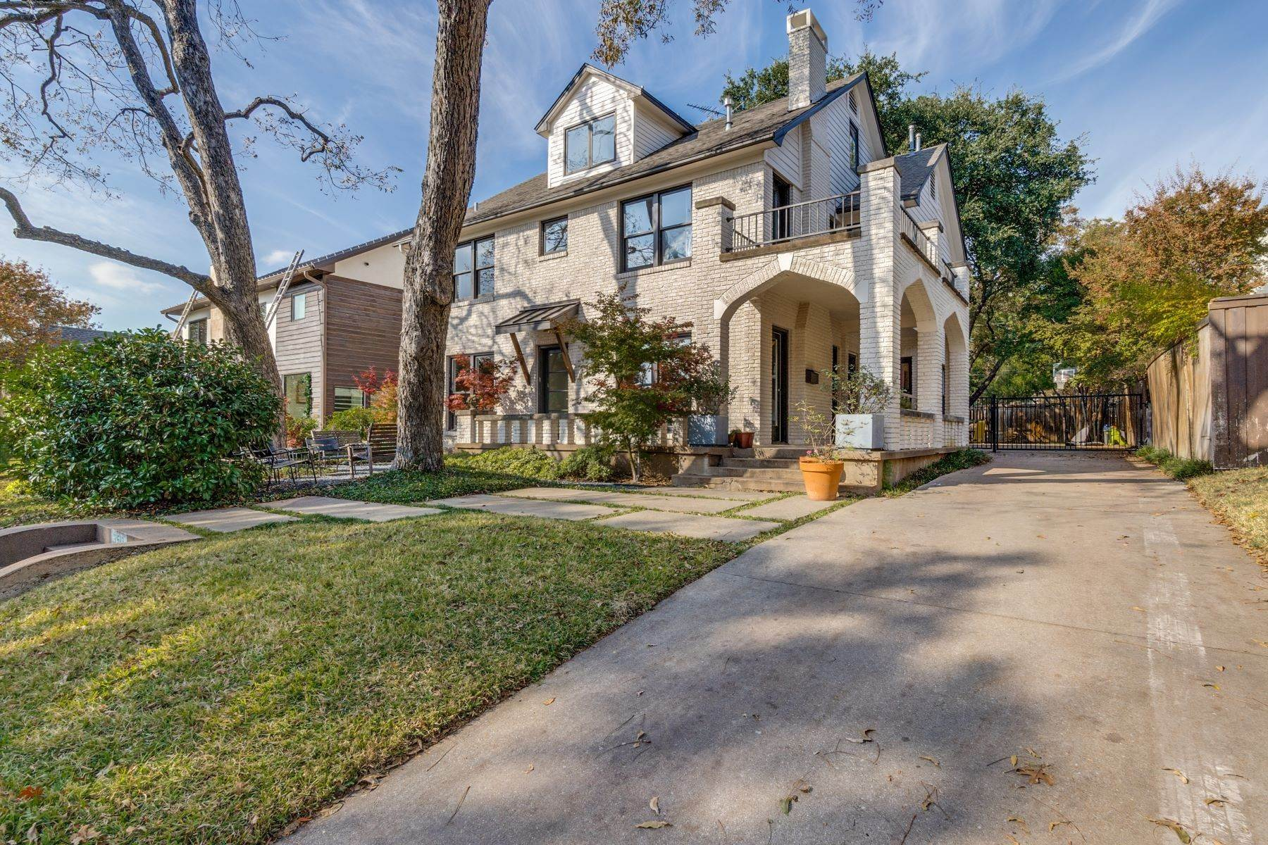 Single Family Homes for Sale at Updated Traditional with Transitional Finishes 3512 Mcfarlin Boulevard University Park, Texas 75205 United States