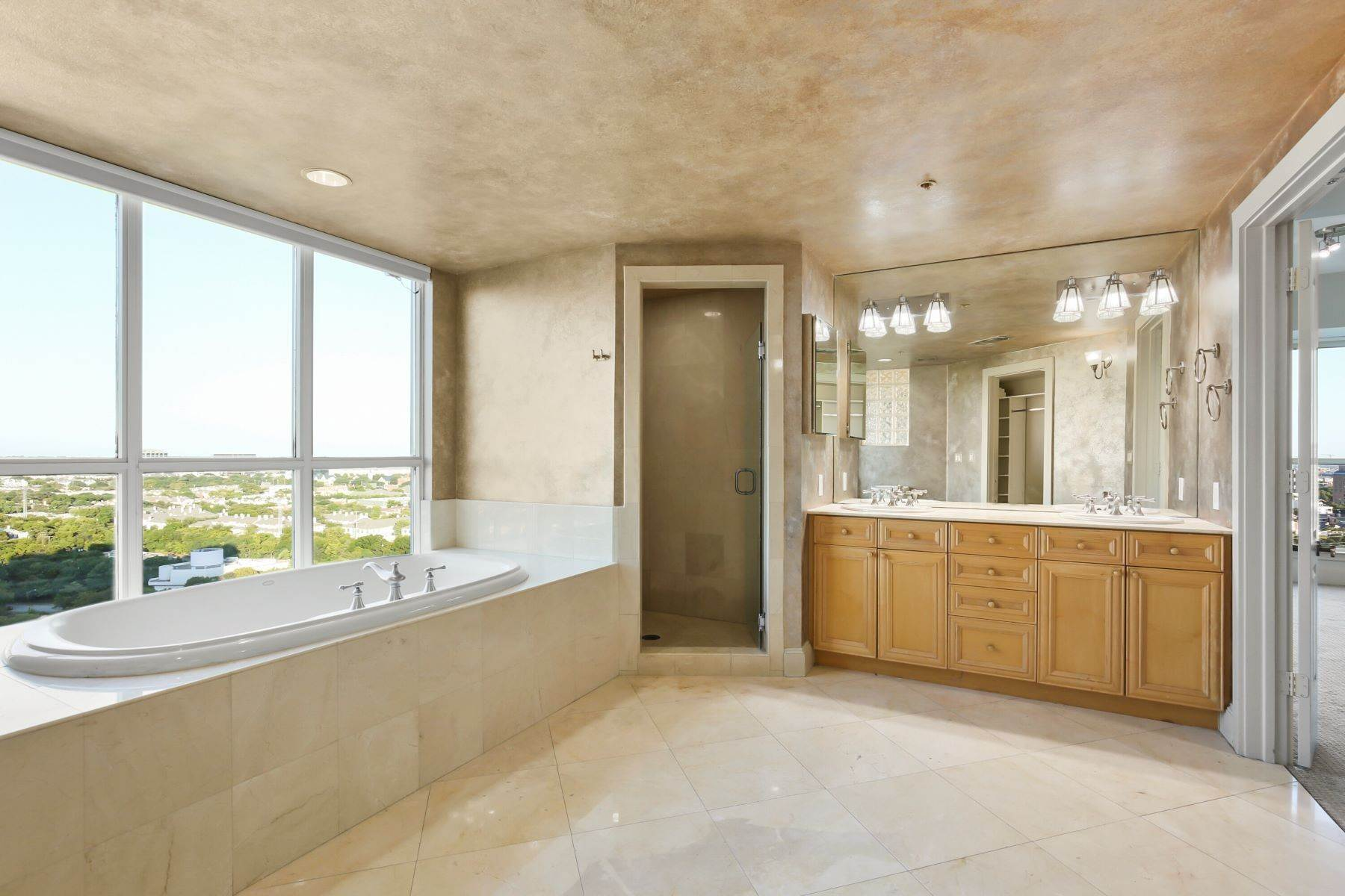 29. Condominiums for Sale at 3401 Lee Parkway, Dallas, TX, 75219 3401 Lee Parkway, Unit# 2005 Dallas, Texas 75219 United States