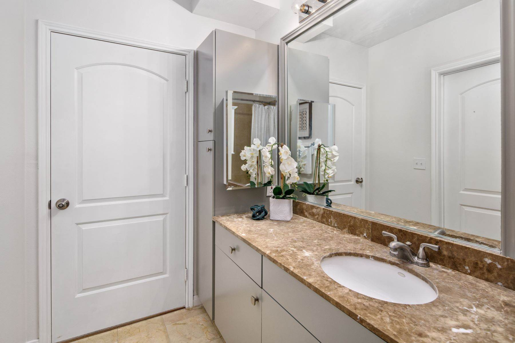 15. Condominiums for Sale at 3225 Turtle Creek Boulevard, Dallas, TX, 75219 3225 Turtle Creek Boulevard, Unit# 207 Dallas, Texas 75219 United States