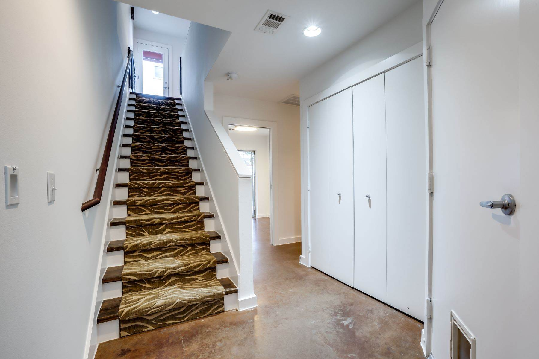 15. townhouses for Sale at Trendy Townhome 1513 Caddo Street Dallas, Texas 75204 United States