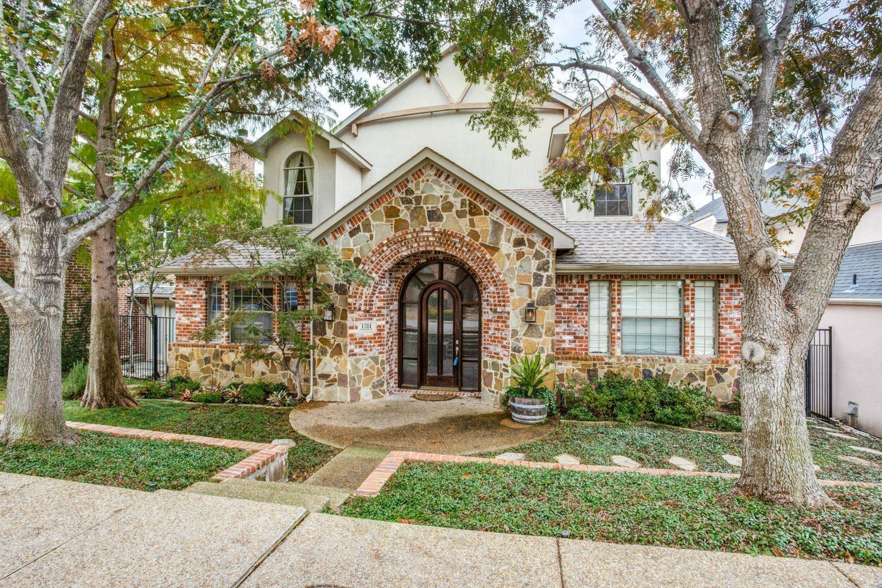 Single Family Homes for Sale at 1311 Waterside Drive, Dallas, TX 75218 1311 Waterside Drive Dallas, Texas 75218 United States