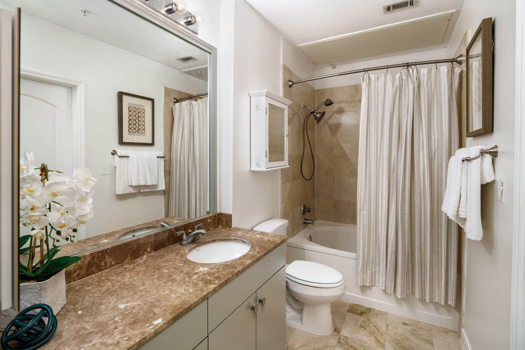 14. Condominiums for Sale at 3225 Turtle Creek Boulevard, Dallas, TX, 75219 3225 Turtle Creek Boulevard, Unit# 207 Dallas, Texas 75219 United States