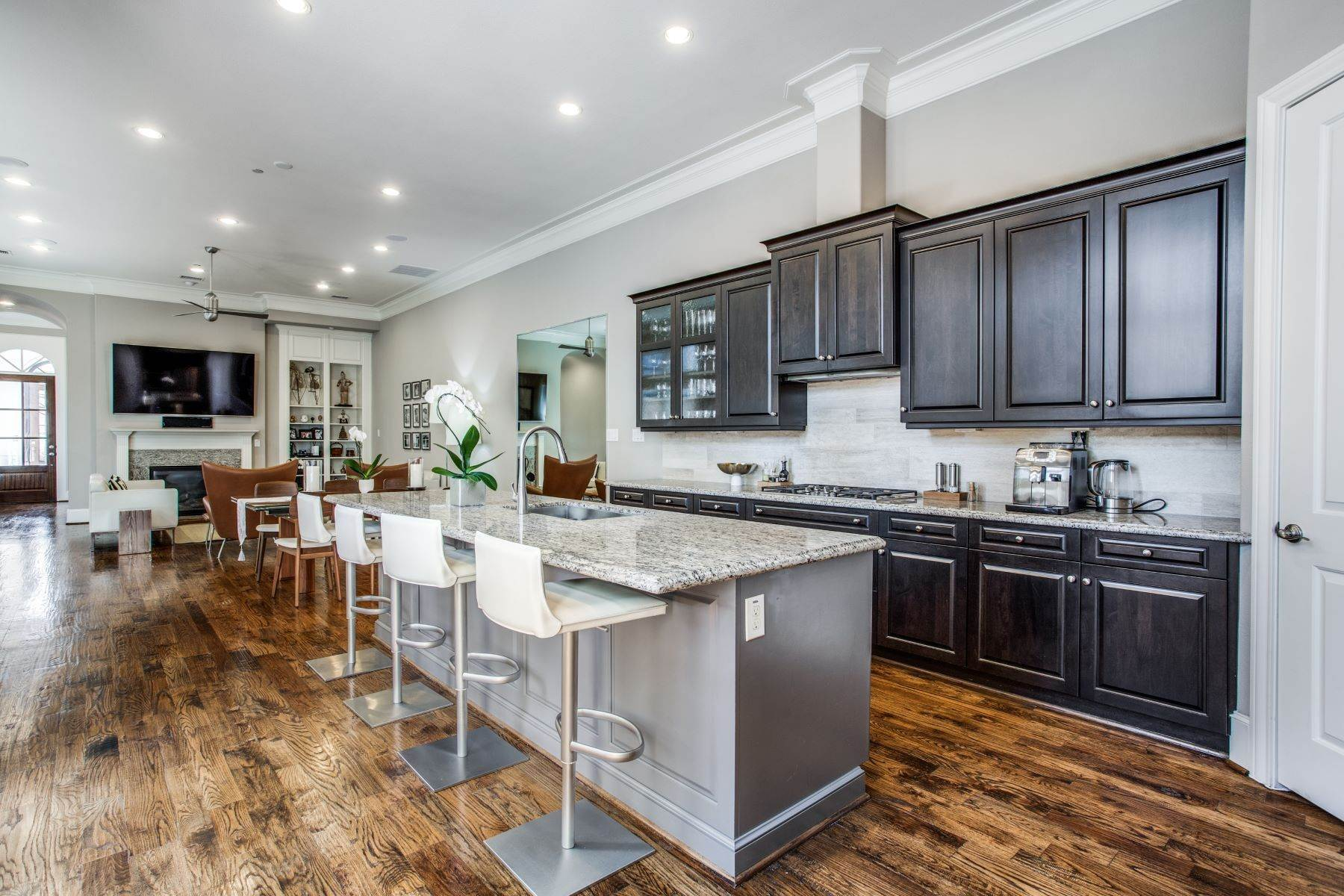 14. Single Family Homes for Sale at Single Family Attached in University Park 4120 University Boulevard University Park, Texas 75205 United States