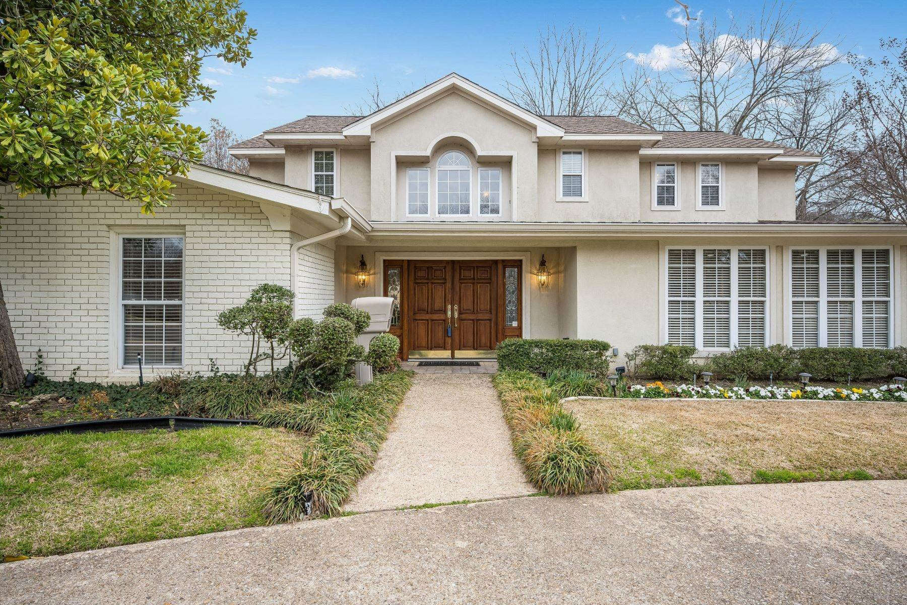 Single Family Homes for Sale at Four Bedroom Located on Large Corner Lot In The Heart of Desirable Tanglewood 3801 Trailwood Lane Fort Worth, Texas 76109 United States