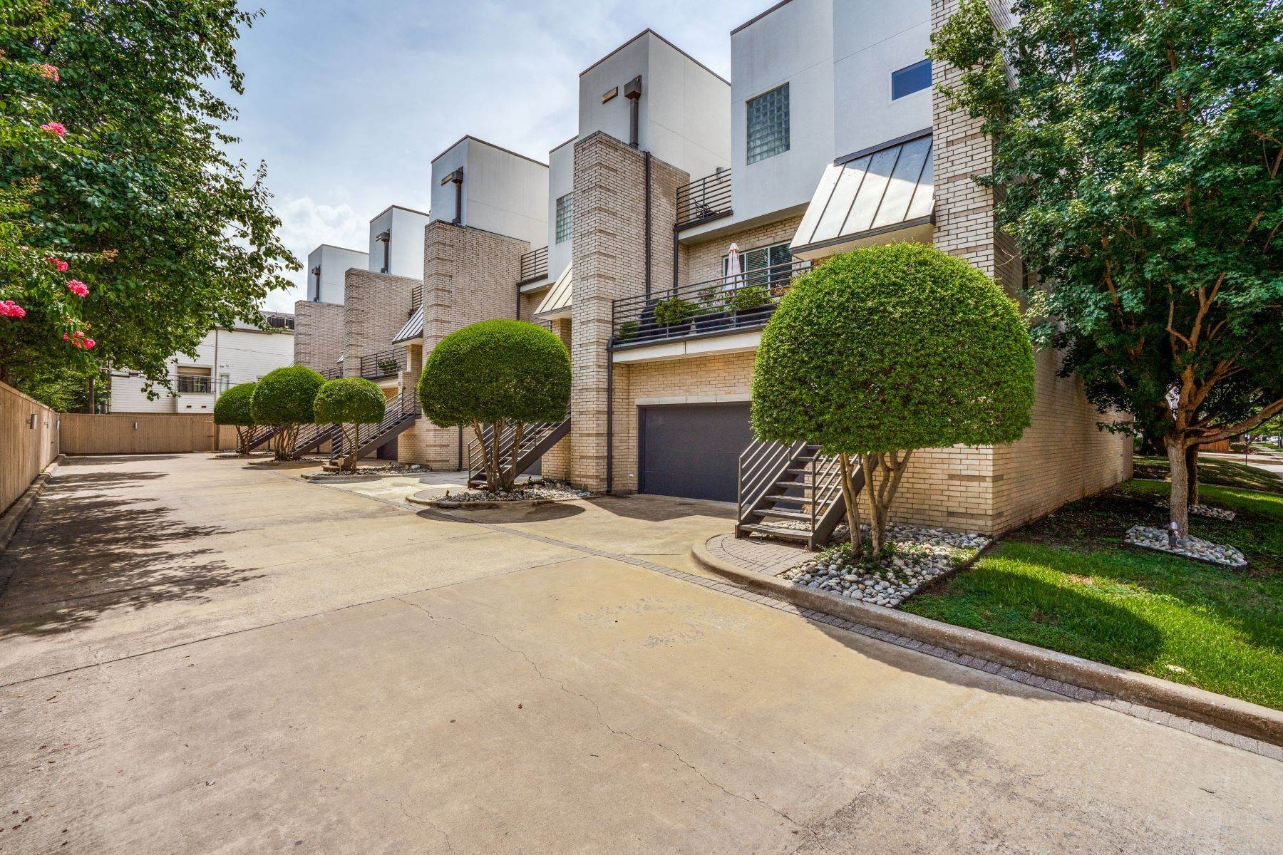 4. townhouses for Sale at Clean, Contemporary, Open Concept 3-Bedroom Townhouse 3925 Gilbert Avenue, #C Dallas, Texas 75219 United States