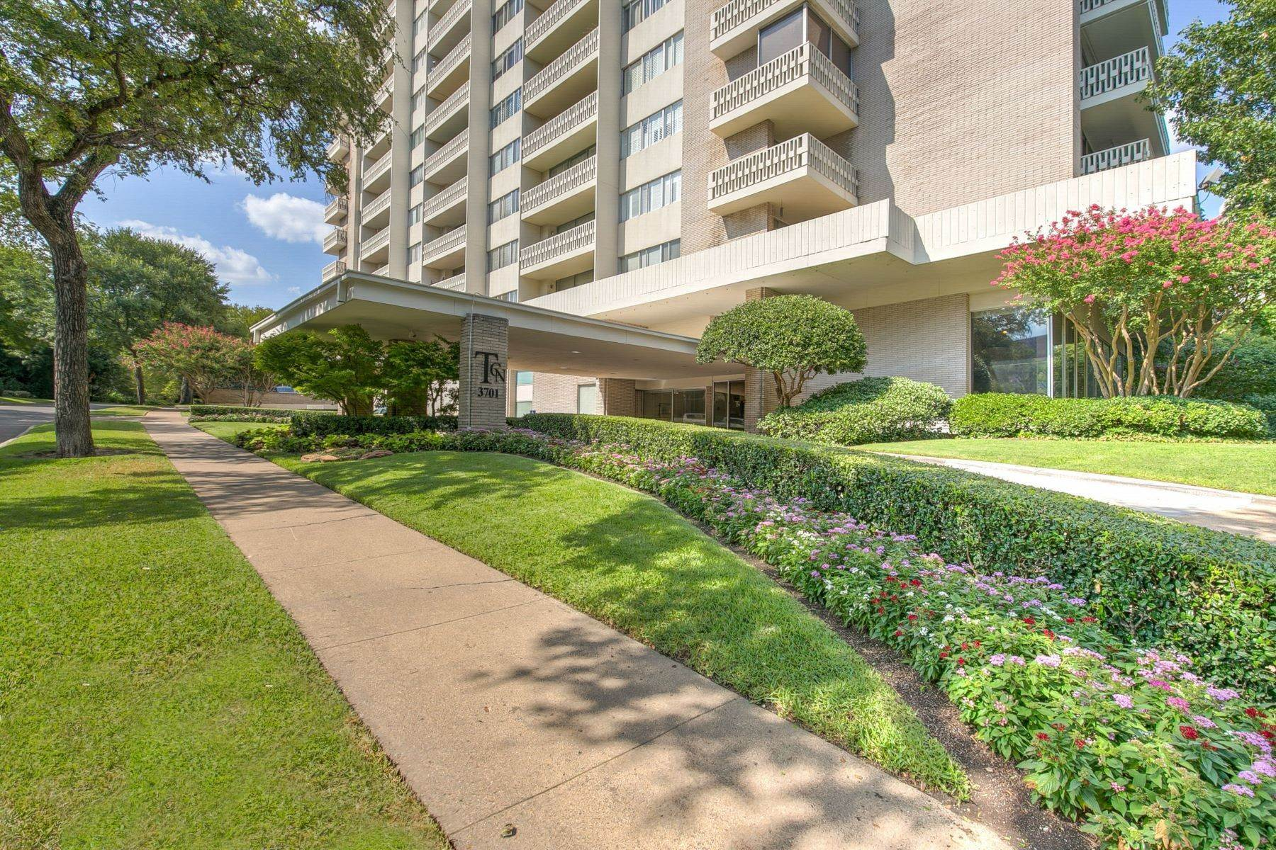 18. Condominiums for Sale at Magnificent Corner Unit Home 3701 Turtle Creek Boulevard, Unit# 8G Dallas, Texas 75219 United States