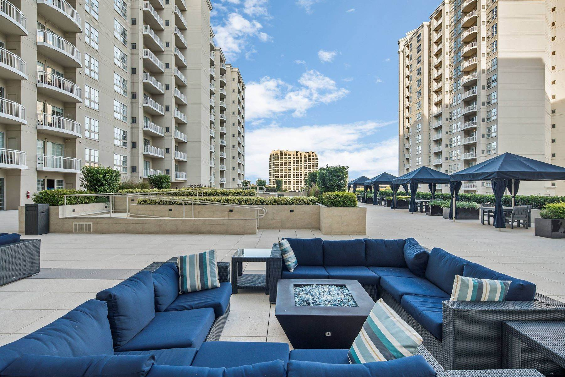 20. Condominiums for Sale at 3225 Turtle Creek Boulevard, Dallas, TX, 75219 3225 Turtle Creek Boulevard, Unit# 207 Dallas, Texas 75219 United States
