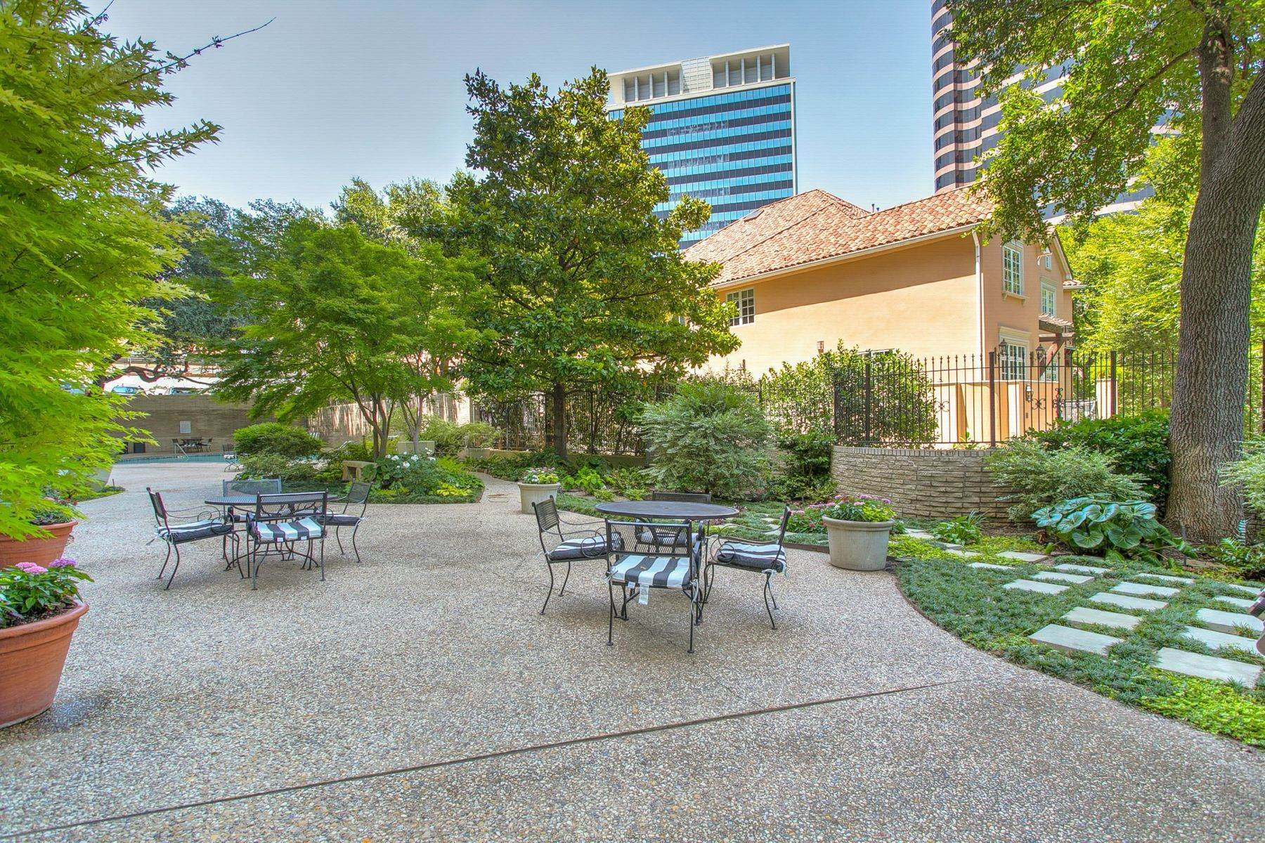 16. Condominiums for Sale at Magnificent Corner Unit Home 3701 Turtle Creek Boulevard, Unit# 8G Dallas, Texas 75219 United States