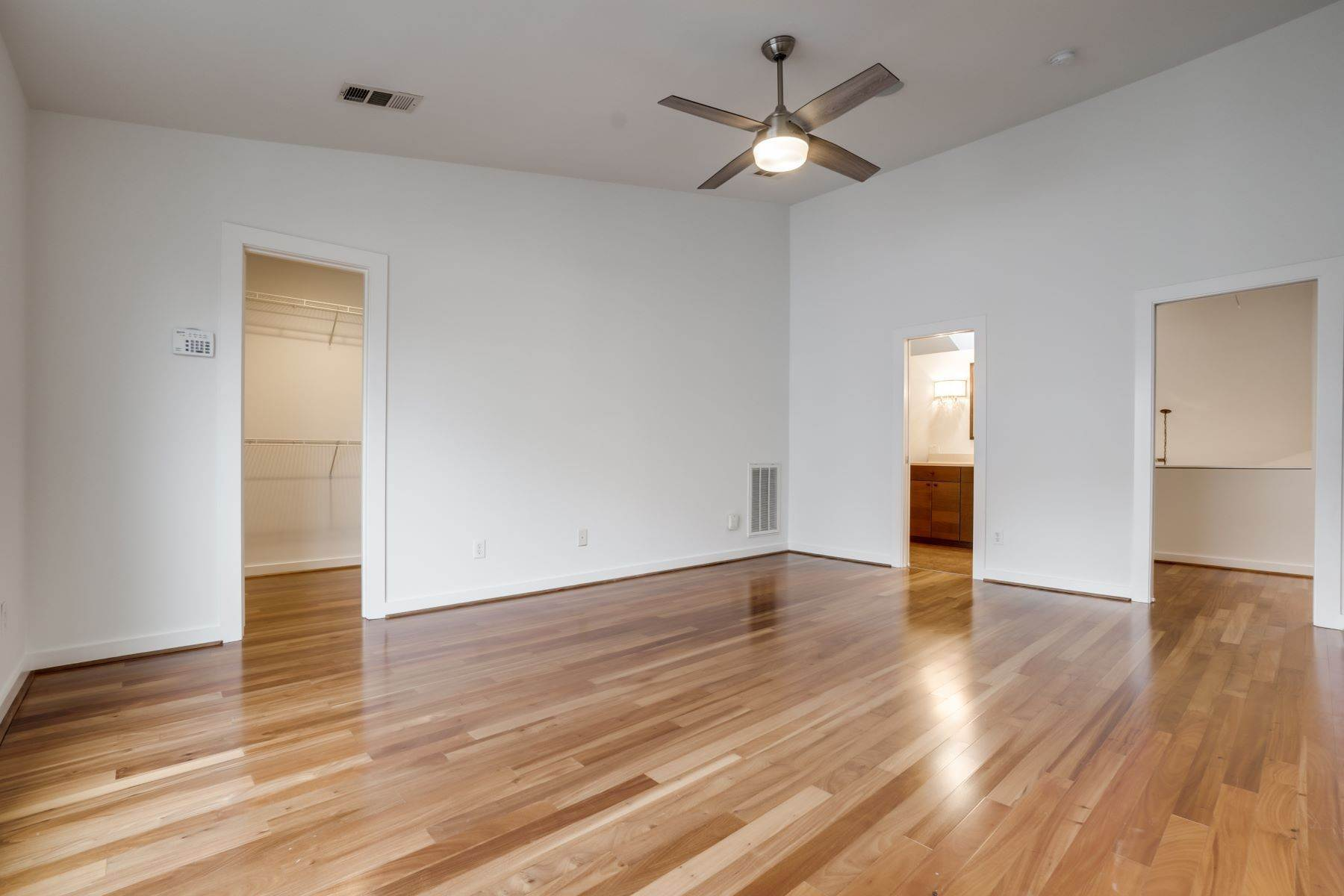 19. townhouses for Sale at Trendy Townhome 1513 Caddo Street Dallas, Texas 75204 United States