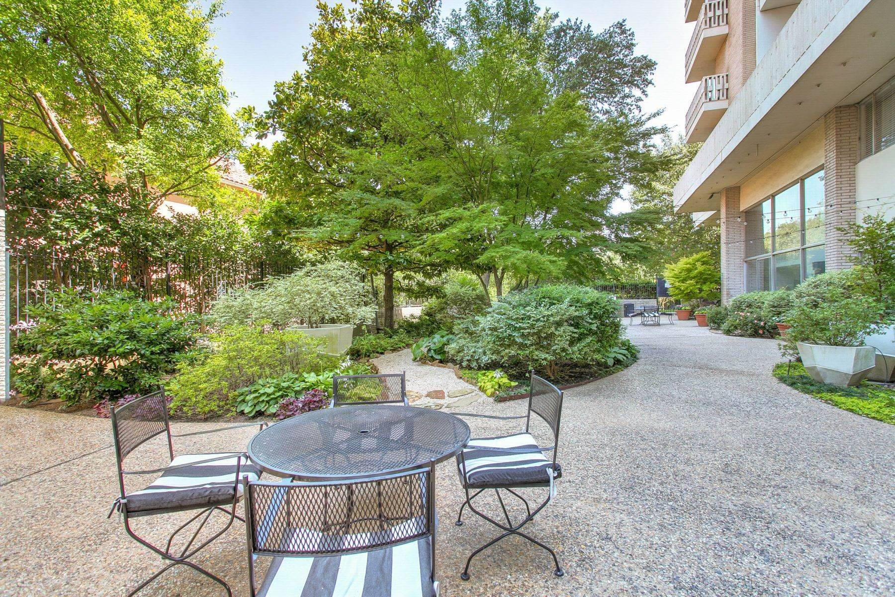 15. Condominiums for Sale at Magnificent Corner Unit Home 3701 Turtle Creek Boulevard, Unit# 8G Dallas, Texas 75219 United States