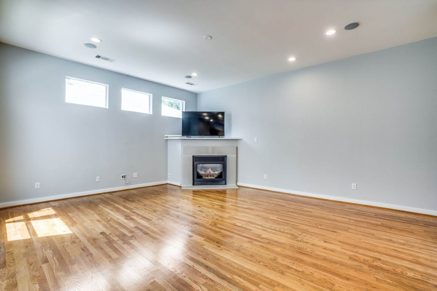 6. townhouses for Sale at Clean, Contemporary, Open Concept 3-Bedroom Townhouse 3925 Gilbert Avenue, #C Dallas, Texas 75219 United States